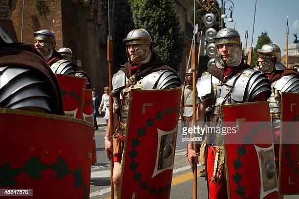 real centurión desfile de soldados en el vestuario - gladiator fotografías e imágenes de stock