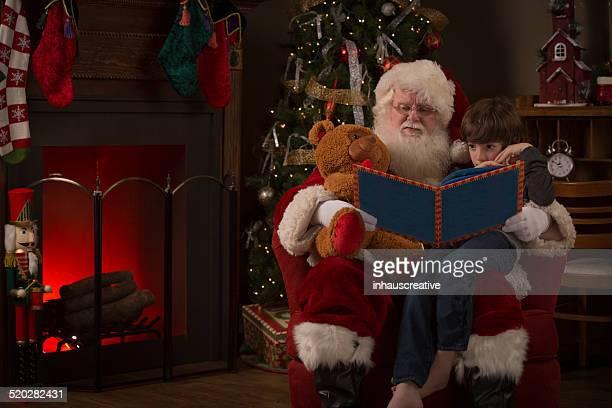 Real Santa Claus lesen eine Geschichte für ein Junge