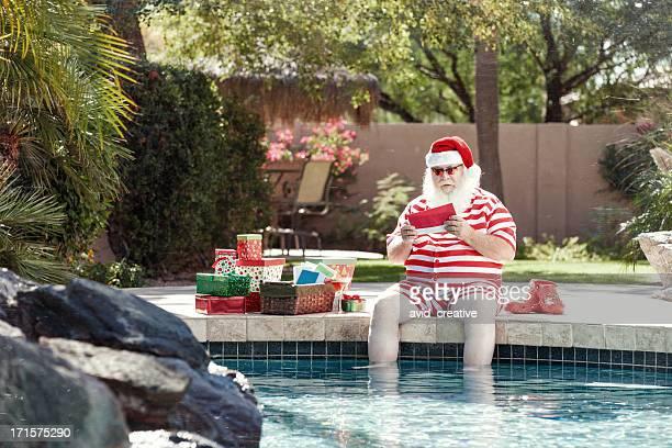 Real Santa Lesung Buchstaben am Pool