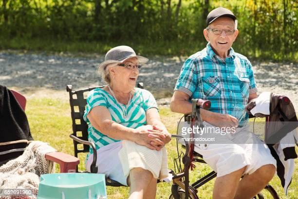 """pareja real senior sentado al aire libre en una celebración familiar. - """"martine doucet"""" or martinedoucet fotografías e imágenes de stock"""