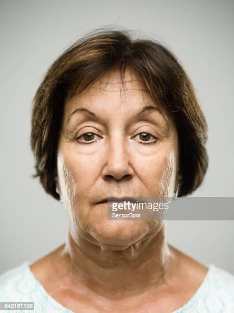 本当に深刻な年配の女性の肖像画