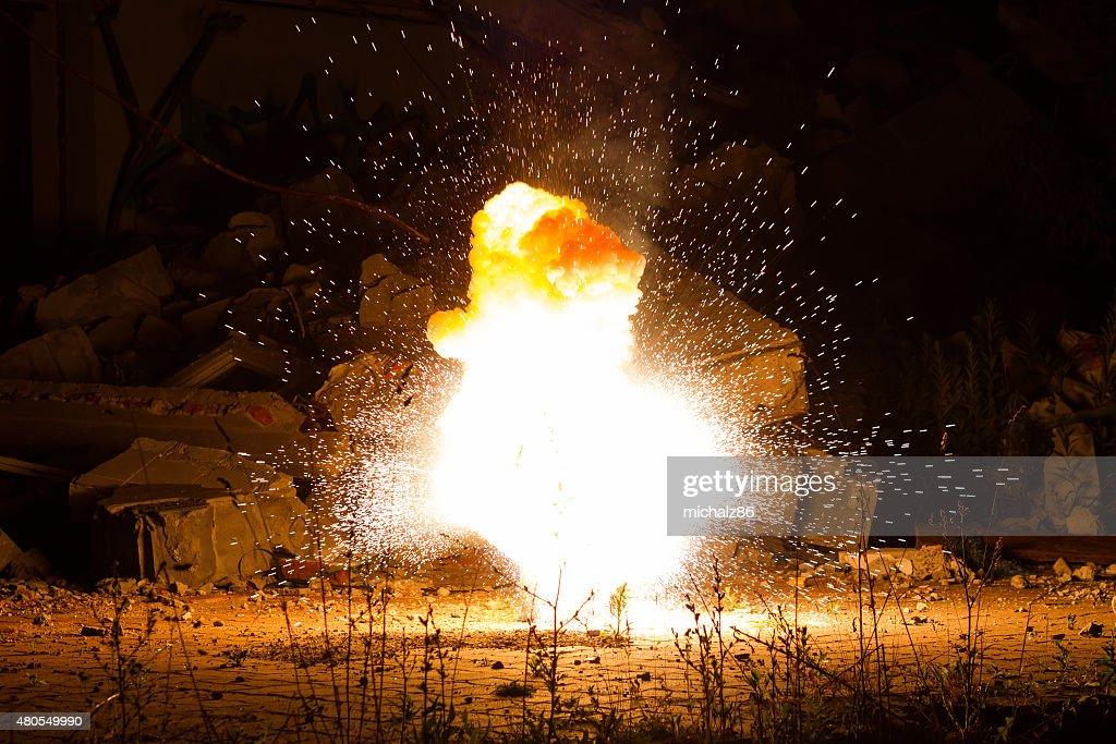 Realista ardientes explosión destrozar sobre un fondo negro. : Foto de stock
