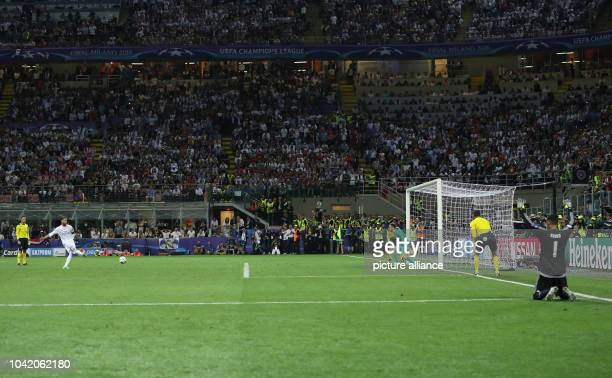 Real's Sergio Ramos scores aigainst Atletico goalkeeper Jan Oblak next to Real's goalkeeper Keylor Navas during the penalty shootout of the UEFA...