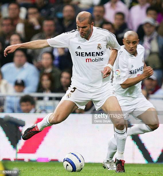 Real's Zinedine Zidane flicks the ball back to Roberto Carlos during a La Liga soccer match between Real Madrid and Villarreal at the Bernabeu on...