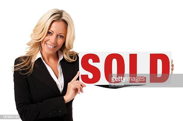 Makler Geschäftsfrau mit verkauften Schild, isoliert auf weißem Hintergrund