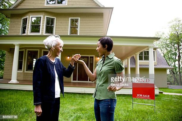 Agence immobilière donner les clés de la nouvelle maison propriétaire