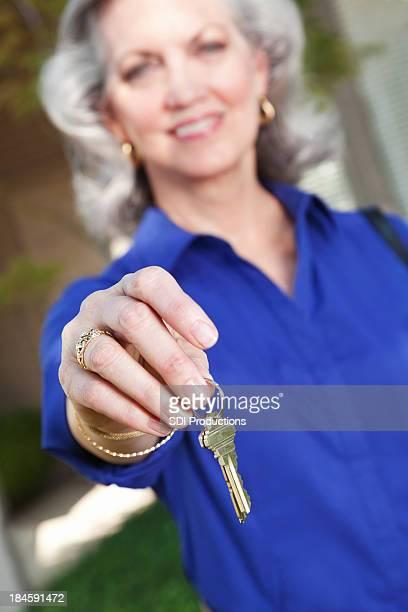 Makler holding neue Haus Schlüssel