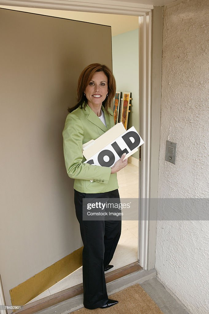 Realtor opening door : Foto de stock