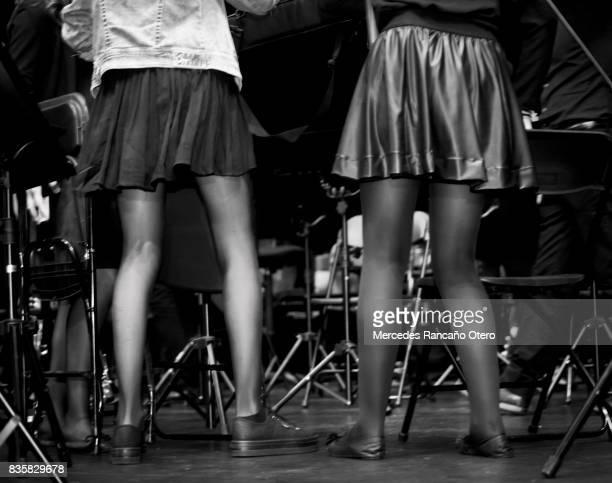 zwart-wit achteraanzicht van jonge vrouwen die dansen. - nylon feet stockfoto's en -beelden