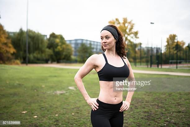 Vista traseira de Fitness mulher mostrando os músculos