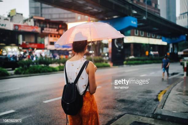 imagem de exibição do traseiro de uma mulher viajante individual em kuala lumpur, malásia - sem mangas - fotografias e filmes do acervo