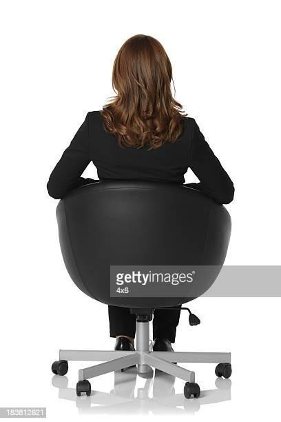 Vue arrière d'une femme d'affaires assis sur une chaise