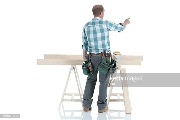 Vue arrière d'un travail de charpentier