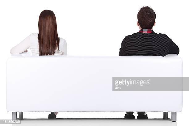 背面ビューのソファーに座ってカップル