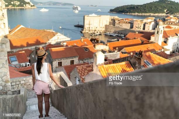vista posteriore di un turista alla moda che guarda la vista - solo adulti foto e immagini stock