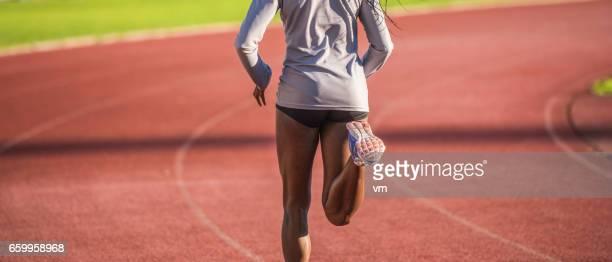 vue arrière d'un jogger femme afro-américaine - fesses femme gros plan photos et images de collection