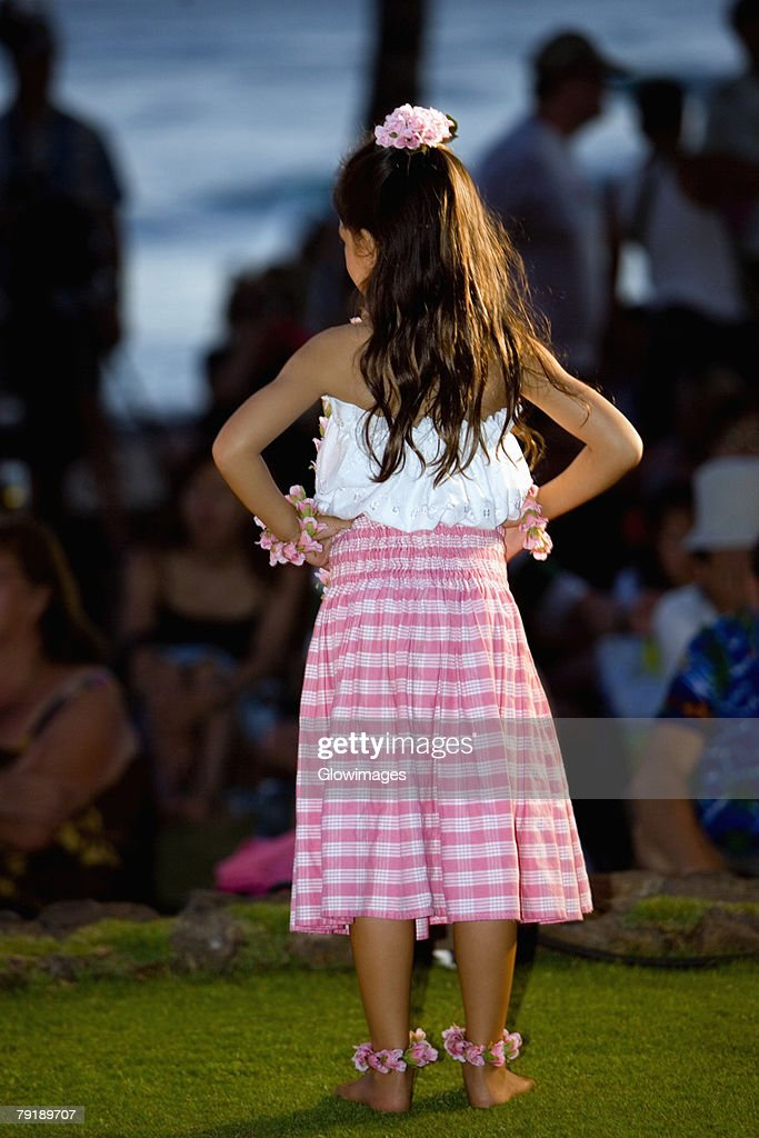 Rear view of a girl standing on the beach, Waikiki Beach, Honolulu, Oahu, Hawaii Islands, USA : Foto de stock