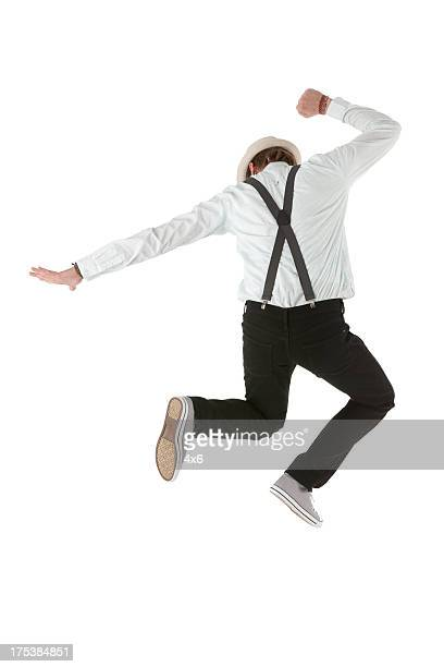 Rückansicht eines Mannes springen