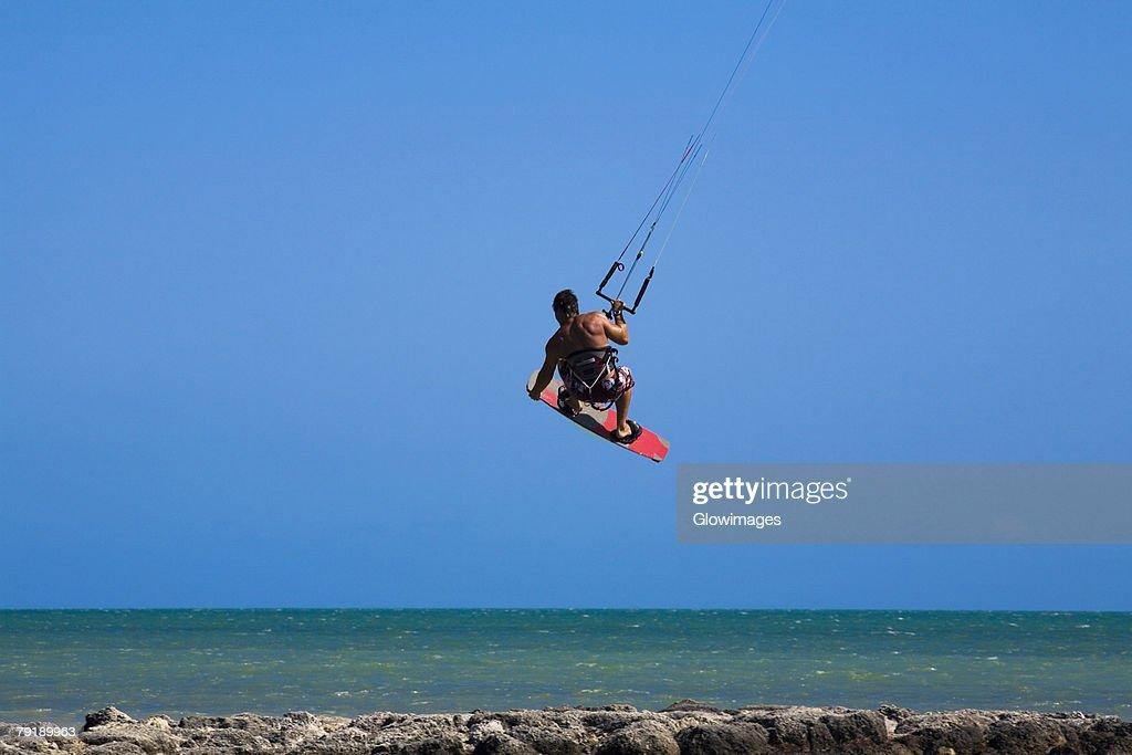 Rear view of a man kite boarding, Smathers Beach, Key West, Florida, USA : Foto de stock