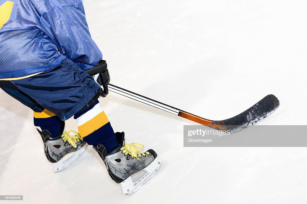 Rear view of a man playing ice hockey : Foto de stock