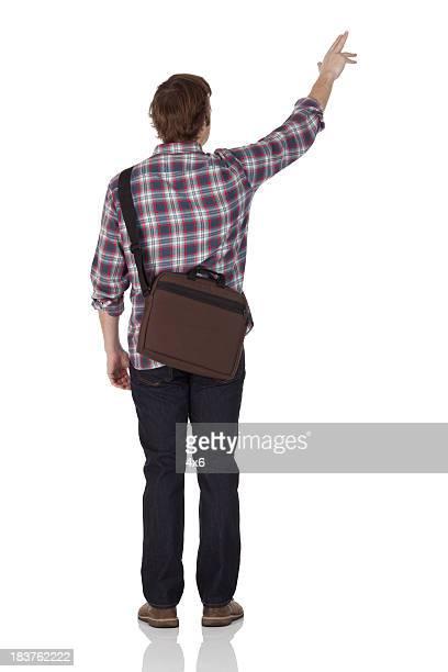 Vista posterior de un hombre señalando con el dedo