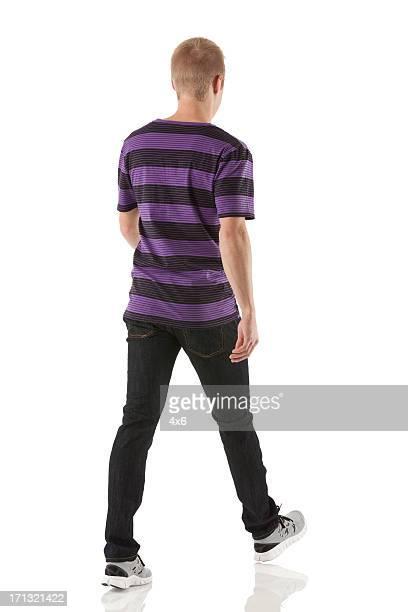 Vue arrière d'un homme marche