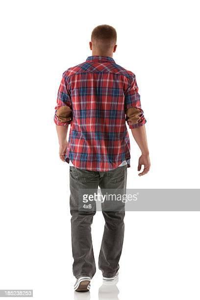 Vista traseira de um homem a caminhar