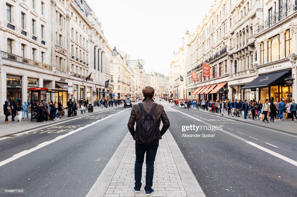 Rear view of a man with backpack exploring street of London, England, UK : Stock-Foto