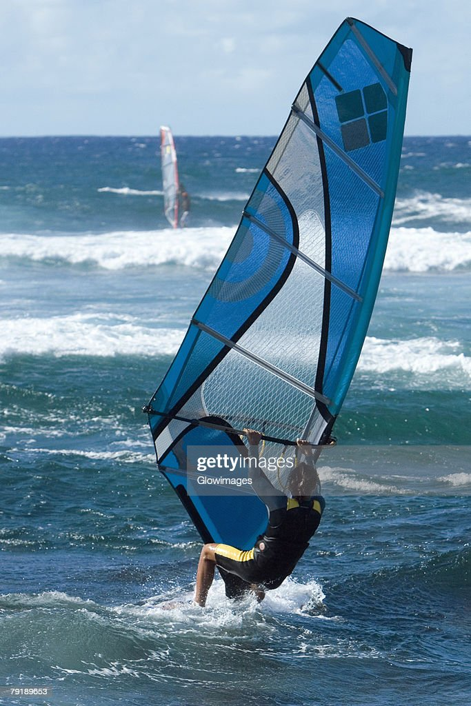 Rear view of a person windsurfing in the sea, Hookipa Beach Park, Maui, Hawaii Islands, USA : Foto de stock