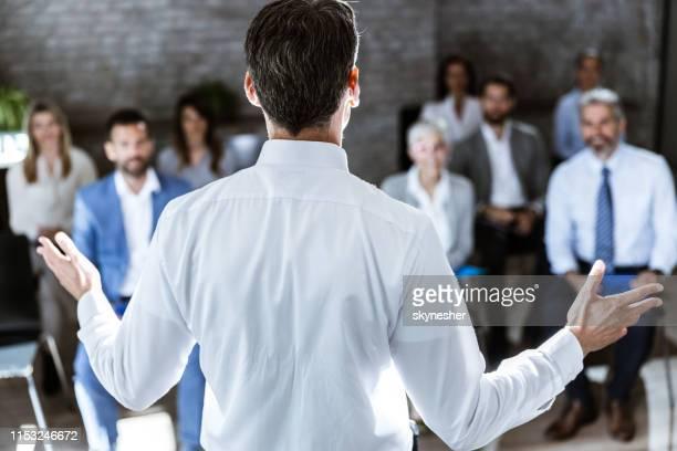 vue arrière d'un orateur parlant au groupe d'entrepreneurs dans la salle de conseil. - présentation discours photos et images de collection