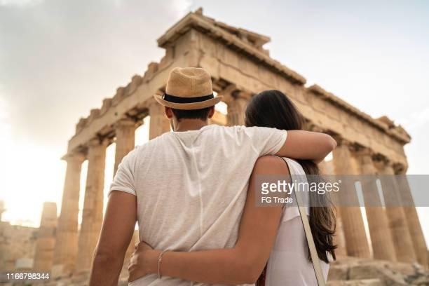 アテネのアクロポリスに立つ若いカップルの背面図 - アテネ ストックフォトと画像