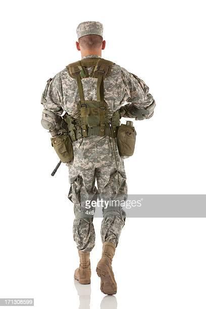 vue arrière d'un soldat marchant - soldat photos et images de collection