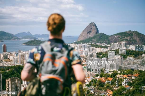 blick auf backpacker mit blick auf den zuckerberg - casa stock-fotos und bilder