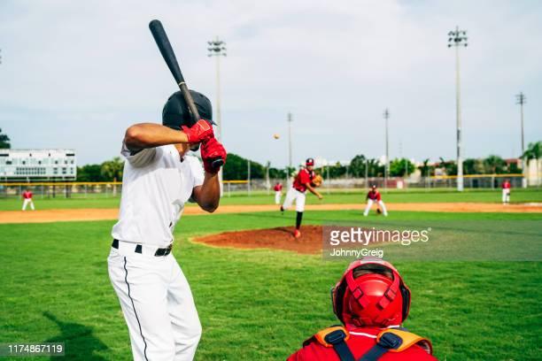 野球バッターとキャッチャーがピッチを見ている後方図 - 高校野球 ストックフォトと画像
