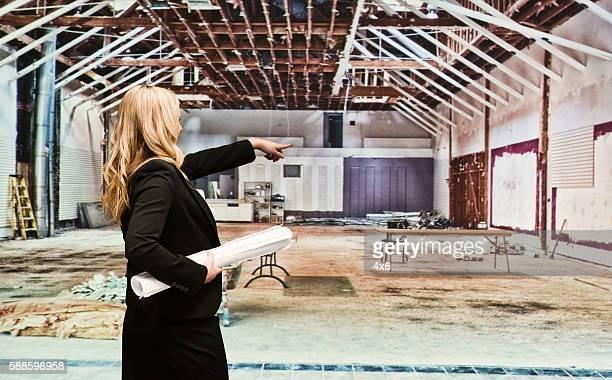 Rückansicht der Geschäftsfrau zeigt entfernt