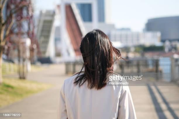 vue arrière de femme d'affaires marchant dans la zone de compartiment - femmes d'âge moyen photos et images de collection