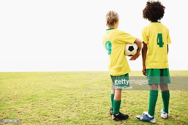 vista posterior de retención para niños de fútbol - traje de fútbol fotografías e imágenes de stock