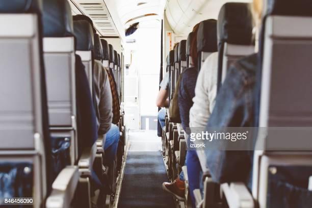 Achteraanzicht van commerciële passagiersvliegtuig cabine