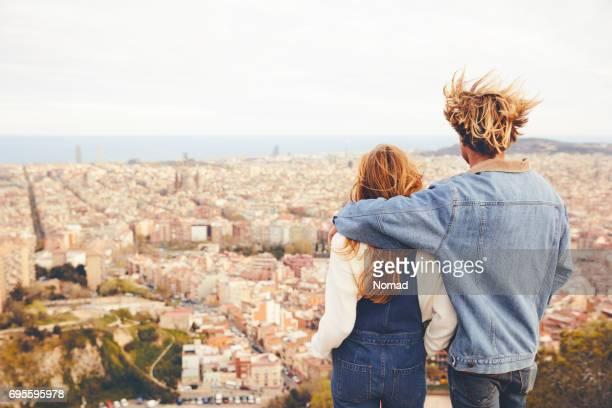 Vista posterior de pareja abrazándose en la ciudad de
