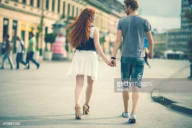 Rückansicht der Paar einen Spaziergang in der Stadt.