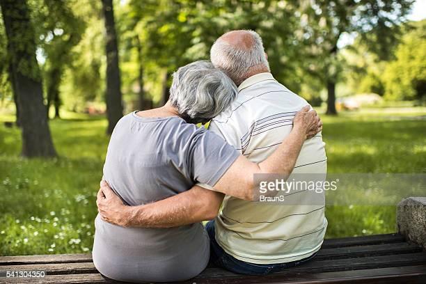 Rückansicht eines selbstverständlich altes Paar entspannenden auf der Bank.