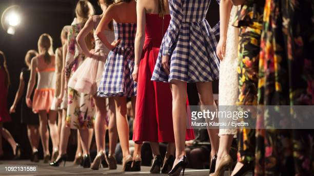 rear view of fashion models in backstage - modeshow stockfoto's en -beelden