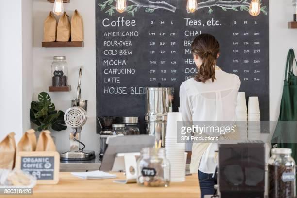 カフェで働く女性バリスタの背面図