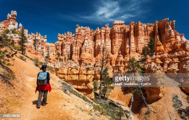 rear view of female hiker hiking queens garden trail at bryce canyon national park - bryce canyon - fotografias e filmes do acervo