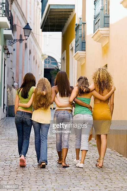 rear view of five teenage girls walking with their arm around each other - teen ass fotografías e imágenes de stock