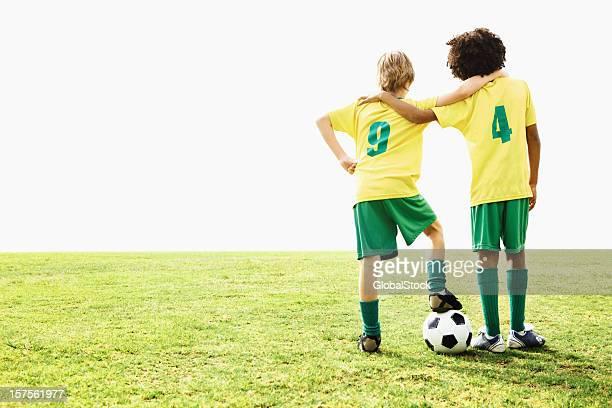 Vista posterior de football players pie en el campo