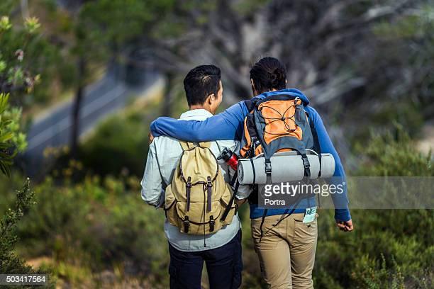vista traseira de gay de caminhada a caminhar na floresta - só homens jovens imagens e fotografias de stock