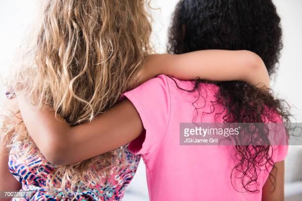 rear view of girls hugging - somente crianças - fotografias e filmes do acervo
