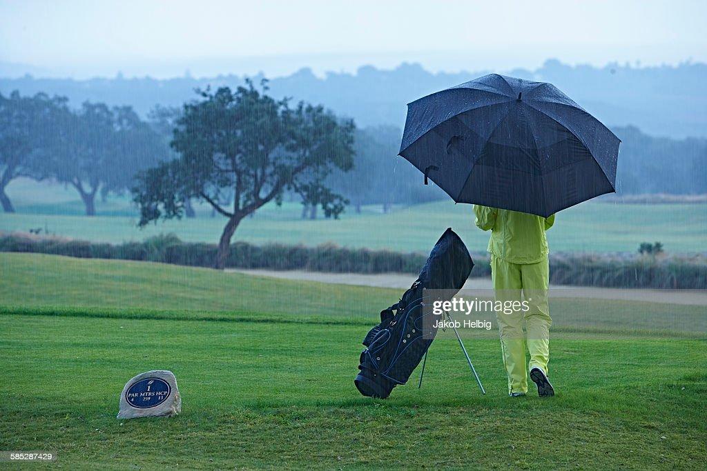 雨の日のゴルフはなぜ難しいか。上級者の雨対策、教えます。