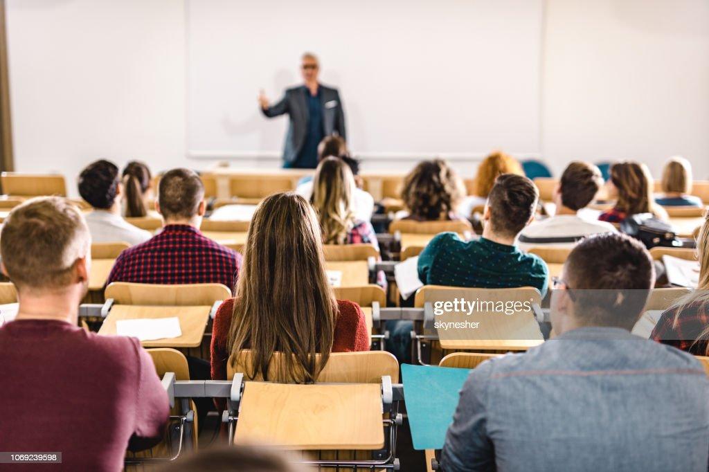 Achteraanzicht van een grote groep studenten op een klasse op collegezaal. : Stockfoto